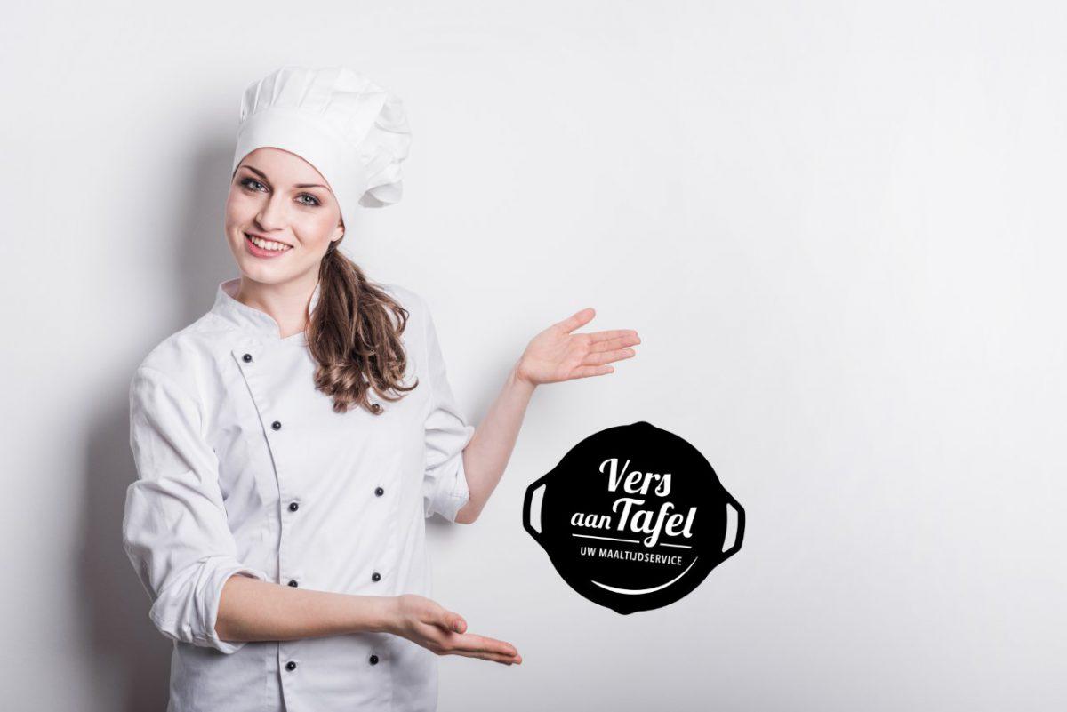 kok met logo vers aan tafel