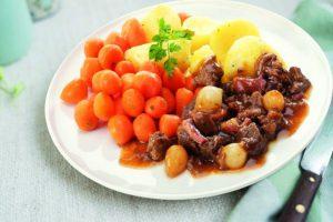 Bord met worteltjes en boeufbourguinion