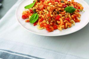 Bord met macaroni groenten