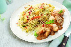 Bord met nasi goreng kip saté