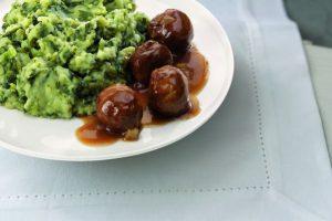 Bord met vegaballetjes en andijviestamp