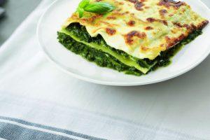 Bord met lasagna spinazie