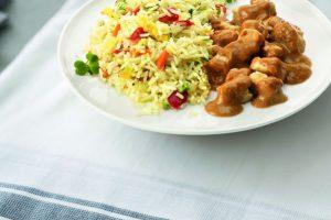 Bord met nasi en saté