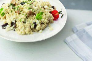 Bord met risotto bospaddenstoel